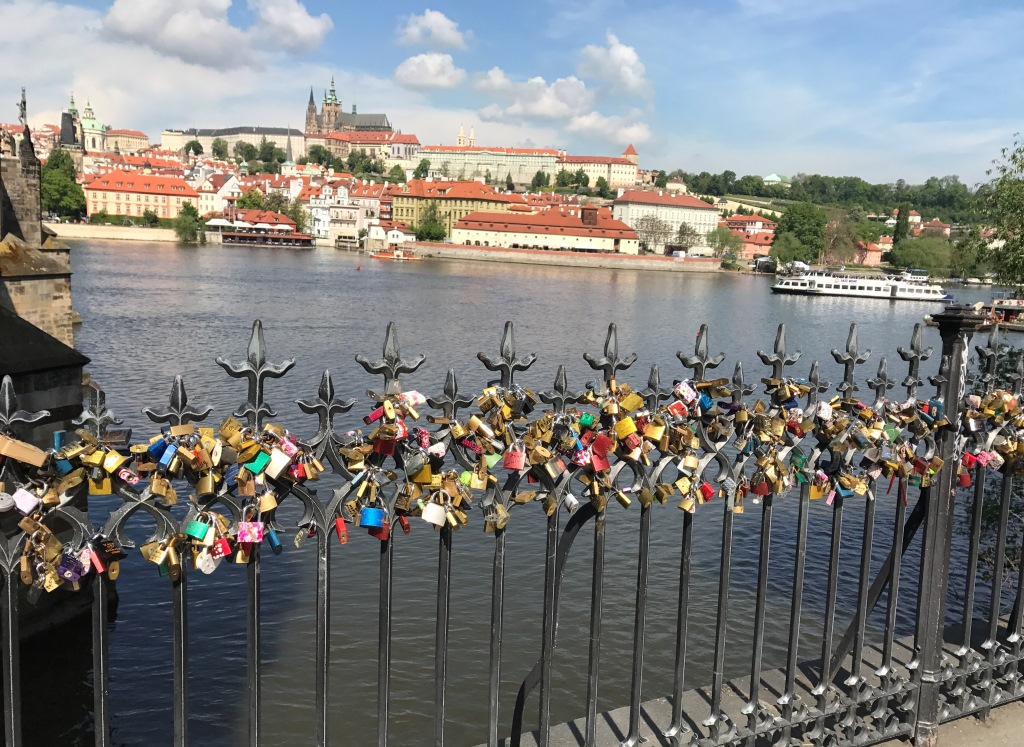 Love locks near charles bridge in prague talk a vino for Where is prague near